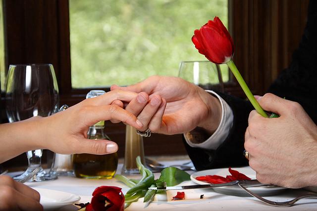 свидание в ресторане, фото женской руки, которую держит мужчина